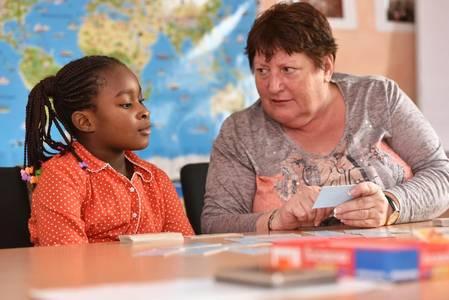Frau Kochanek beim gemeinsamen Deutsch lernen