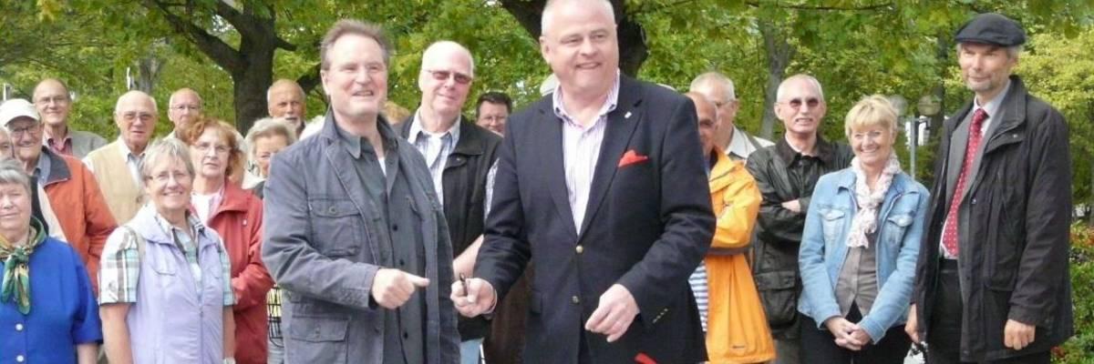 Herr Prinz (ehemaliger Bürgermeister) und Herr Selle weihen die Marktstraße ein.