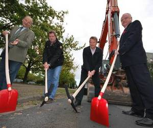 Herren Pabsch (Ingenieurbüro für Kanalbau), Hagemann (ausführendes Tiefbauunternehmen), Reinken (PVB Planungsgesellschaft) und Bürgermeister Prinz beginnen gemeinsam den 1. Bauabschnitt des Umbaus der Marktstraße am 20. September 2010.