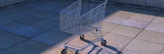 Einzelner Einkaufswagen in der Stadt