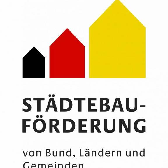 Logo mit Schrift und drei Haus-Piktogrammen in schwarz, rot, gold