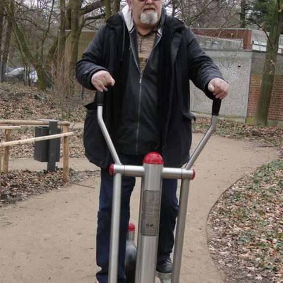Herr Hansen vom Seniorenbeirat beim testen der ausgewählten Geräte