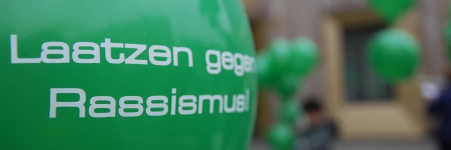 Grüner Luftballon mit der Aufschrift Laatzen gegen Rassismus