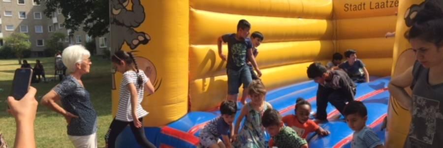 Kinder lieben die Hüpfburg